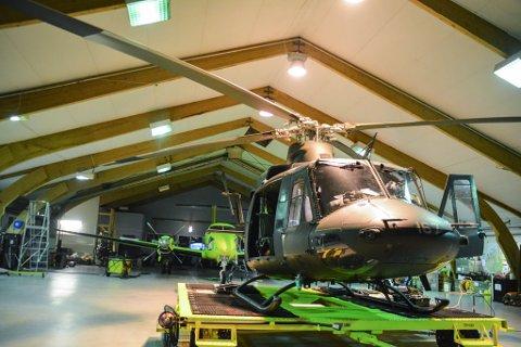 HJELPER TIL: Dette Bell-helikopteret er leid inn av Forsvaret for å hjelpe til med beredskapen i Øst-Finnmark.