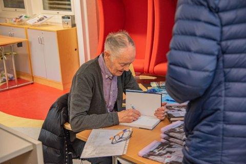 TRAVELT: Alfred Nilsen fikk det travelt med å signere bøker.