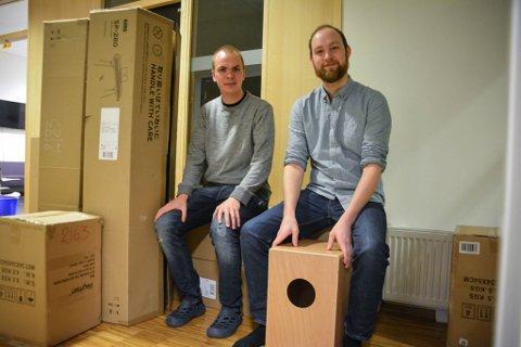 HELT PIANO: Musikkpedagogene Jan Arne Stavik Karlsen og Kristian Melby Nilssen er glade for de nye pianoene kulturskolen har fått.