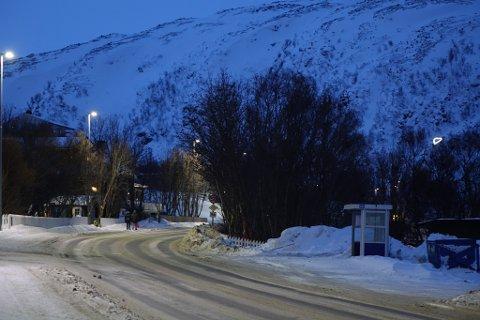 JULAFTEN: Rypefjord på julaften. Du kan skimte hjertelyset i bakgrunnen, som er tent over kirkegården. Dit skal nok mange for å tenne lys i dag.