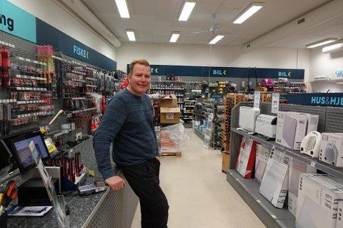 HJELPER I TIDSKLEMMA: Mekk-eier Hans Morten Olafsson tror at flere har havnet i den såkalte tidsklemma, eller har glemt noe, og dermed er innom butikken på julaften.