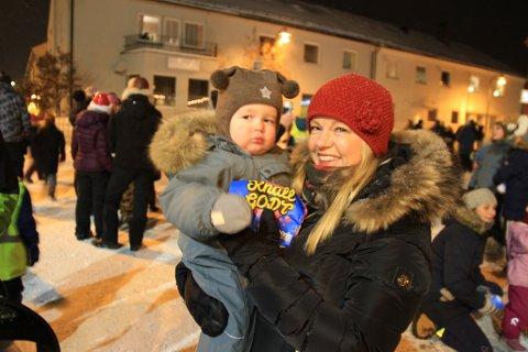 Koselig med bestemor: Fredrik (1) er sammen med bestemor, Line Erikstad (53) på julegrantenningen.