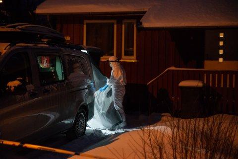 ÅSTEDET: Teknikere jobbet på åstedet i Lakselv etter drapet i dette huset på Lakselvmoen vest, tirsdag 3. desember i fjor.