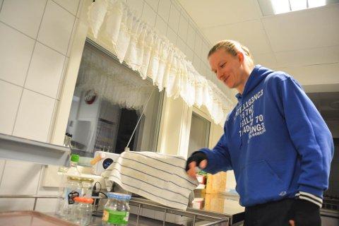 JOBB: Nils Õun jobber som kokk i Vadsø, men er egentlig fra Estland.