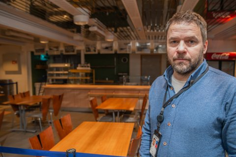 VINDFULLT: Ulf Myrmel er sjef for lufthavnen i Lakselv, og forteller at de ansatte er godt vant med vindfulle dager.