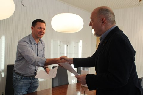 """VANT: Det var Byggmesteran AS som vant anbudet til den nye """"Skole 9910"""" på Bjørnevatn i Sør-Varanger. Her er leder Lars Petter Sjøvold sammen med ordfører Rune Rafaelsen i forbindelse med kontraktsignering. Nå kommer det frem at eier av Byggmesteran har tett relasjon til konsulenten på prosjektet."""