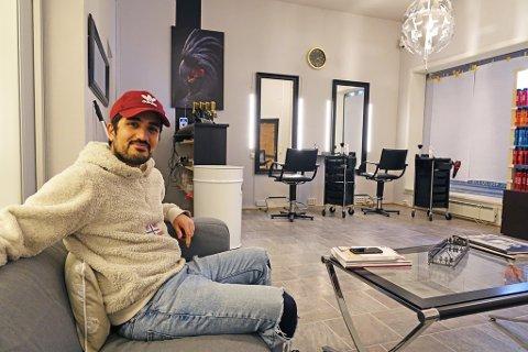 SPENT: Det blir litt nervepirrende for Bavil Azad å åpne denne salongen mandag.