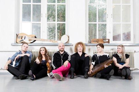 ELEKTROFOLK: Finske Okra Playground spiller elektrofolk med sterke vokale harmonier, tradisjonelle folkemusikkinstrumenter,beats og mystiske klanger. Festivalsjef Robert Lundgren trro de vil overraske publikum stort.