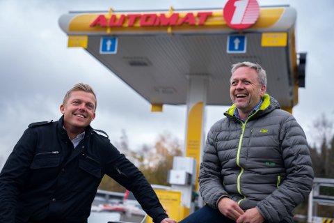Henning Aarsand (t.v.) i Automat 1 og daglig leder Kjell Hugo Aarsland i Automat 1 mener lokal konkurranse forklarer de store prisforskjellene.