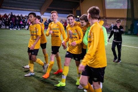 KJENT PROFIL: HIF/Stein og klubbens røde og gule farger er godt innarbeidet. Det kan man godt fortsette med. Her et av klubbens lag i sving i en turnering i Lakselv.