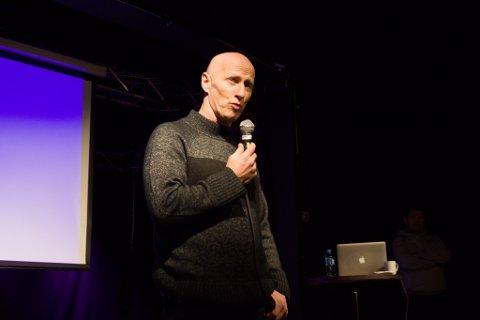PAPPA TIL EN GAMER: Kjetil Johansen forteller til et lyttende publikum om sin erfaring som å være pappa til en gamer.