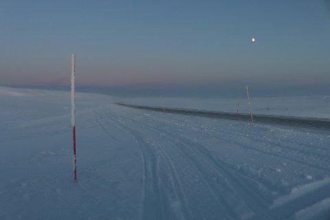 Redaktør Sandvik lager et skremmebilde av hvordan veinettet blir i Finnmark når de ansatte sitter fra 1.1.2020 i de samme kontorene som i dag, ifølge artikkelforfatteren. Her er Båtsfjordfjellet i januar.