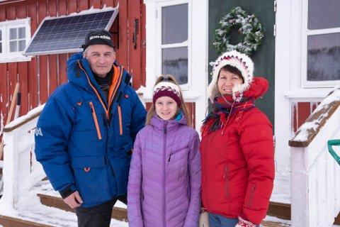 PÅ TRAPPA: Steinar og Lisa på trappa i Jotka sammen med yngstedatteren, Elisabeth (11).
