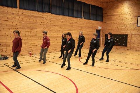 FULL SVING: På mandager er det full sving på Kåfjord skole, med Westside line dance som prøver seg på nye danser og sanger.