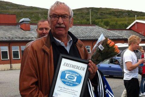 GIKK BORT FREDAG: Båtsfjordingen Arne Theodor Pedersen ble 72 år. Her er han avbildet da han ble æresmedlem i Båtsfjord sportsklubb.