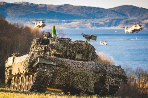 STRIDSVOGN: Norsk Leopard 2A4 stridsvogn fra Panserbataljonen, i forbindelse med styrkedemostrasjonen under NATO-øvelsen Trident Juncture 18 i Norge.