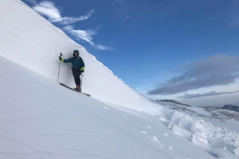 TO METER HØYT: – Når skred først har gått, var det hardt. Da er det usannsynlig at det kan skje noe. Jeg tillot med å gå opp der, sier skredobservatør Bjørnulf Håkenrud om snøskredet i Mathisdalen.