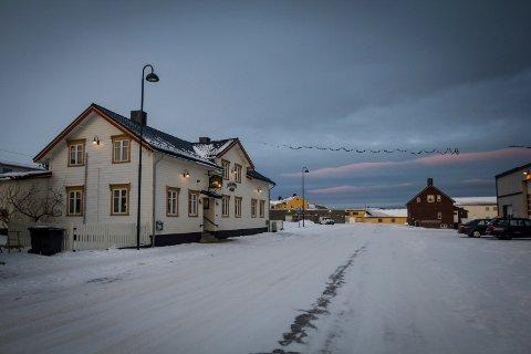 ANHOLDT: Det var her, på Nordpolen kro i Vardø sentrum, at mannen i 50-årene ble anholdt i mai i fjor. Nå er dommen falt.