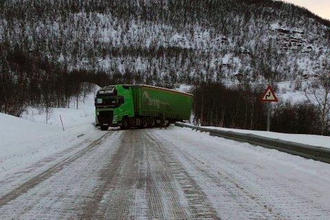 UHELDIG: Norsk vogntog sperret veien.