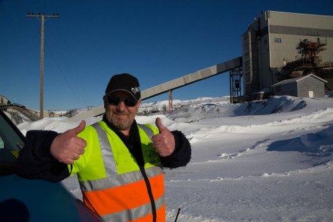 FORNØYD: Per Erling Stiby smiler om kapp med sola. Aktivitet i gruva betyr mye å gjøre i årene som kommer.