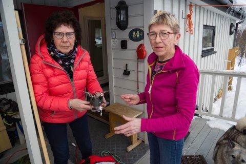 DRIKKE: Noen hjelpemidler for å ordne seg varmt vann og te har de med seg, Marwel og Karin.