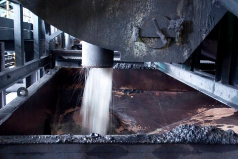 FORURENSING: Bøkfjorden ble påført betydelige miljøskader da den tidligere ble brukt som dumpingplass for gruveavfall, skriver artikkelforfatteren. Illustrasjon.