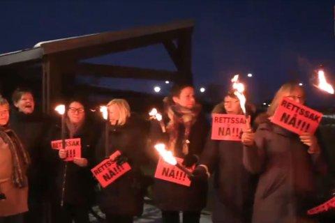 BETENT SAMMENSLÅING: Før fylkestinget i desember ble det protestert med fakler uten for fylkestingssalen i Vadsø. Folket krevde rettsak mot staten. I Øst-Finnmark er det nå enighet om at Vadsø bør være fylkeshovedstad i det sammenslåtte Troms og Finnmark.