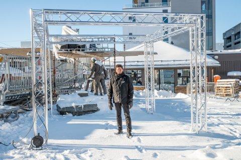 I SENTRUM: Sentralt på Finnmarksløpets arena for start- og målgang har iFinnmarks rigg blitt bygget opp. Herfra blir det både studiosendinger og sendinger om hvordan løpet utvikler seg. Programleder Oddgeir Isaksen vil lose seerne gjennom hele løpet.