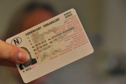 DIGITALISERING: Slike fysiske førerkort kan man fra høsten av la støve ned i bokhylla hjemme.