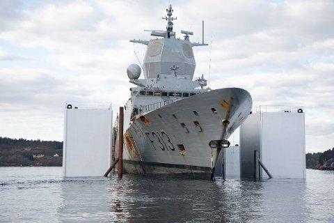 KNM Ingstad ble sjøsatt onsdag 10. april. Fregatten skal på tørrdokk på Haakonsvern for videre arbeid og kartlegging.