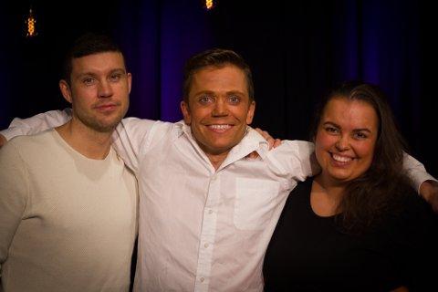 HJEM: Andreas Hellesø (37), Johannes Ittelin (28), og Martine Kandola (22) reiser hjem til bydga for å være med i revyen.
