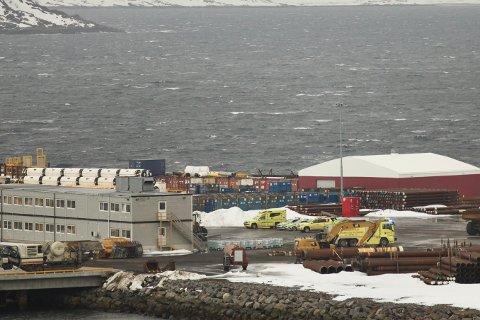 FULL UTRKYKING: Både politi, brann og ambulanse rykket ut til Polasbase i Hammerfest søndag ettermiddag.