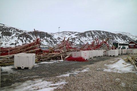 BLÅSTE OVERENDE: Fiskehjell ved Hurtigrutekaia i Kjøllefjord ble blåst overende av kraftige vindkast i natt.