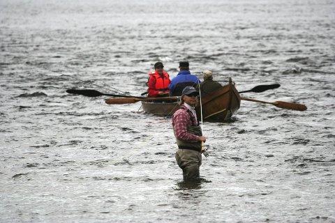 IKKE GRATIS: Selv om ikke-lokale hytteeiere på finsk side ikke betaler noe for å fiske på norsk side fra båt, mener statsråden at det blir feil å hevde at de fisker gratis.