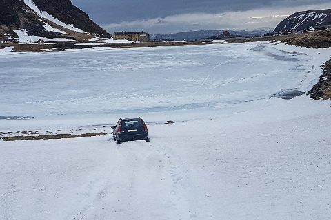 STRANDTUR PÅ SARNES: Den finskregisterte bilen havnet utfor veien og ned på stranda. Ut fra bilen ser man to fotspor.