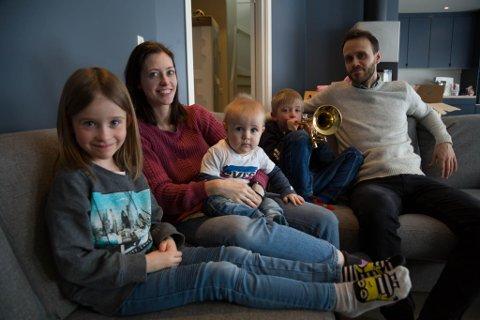 FAMILIE: Ellinor, Veronica, Magnus, Halvard og pappa Ken Helge er glade for å ha fått sitt nybygde hus klart.