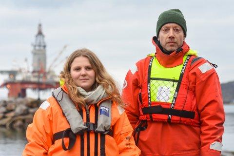 AKSJON: Haldis Helle i Natur og Ungdom og Frode Pleym i Greenpeace var i Hammerfest tirsdag for å aksjonere mot videre oljeutvinning.