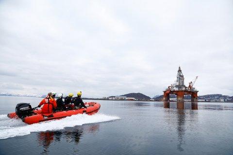 AKSJONERTE: Mandag gikk Greenpeace-aktivister til aksjon mot Seadrill-riggen West Hercules, som ligger utenfor Hammerfest i påvente av boring til sommeren.