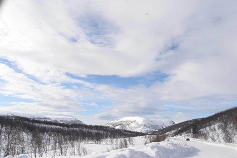 SOLGLIMT: Etter både regn og snø i går tittet sola frem flere steder i dag, som her på Sennalandet. Foto: Stiftelsen Norsk Luftambulanse
