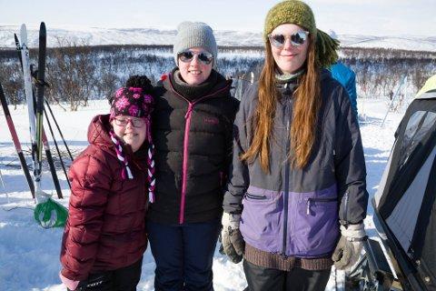 TRIVES: Julie Johannessen (fra venstre), lærer Moy Susanne Birkenes og Mathilde Stormyrengen trives alle på hest ved Tana videregående skole,