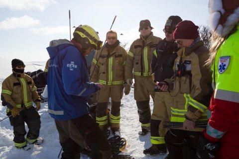 KURS: Morten Kvammen kurser brannvesenet i Tana i hva man skal gjøre når det har gått et skred.