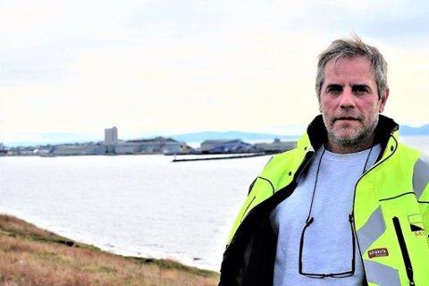 NYTT JA: Kvartsittforekomsten i Skallelv er rik. De første undersøkelsene indikerer 35 – 40 millioner tonn, ifølge Ståle Karlsen. Her er han foran Sildoljefabrikken like utenfor Vadsø sentrum som han kjøpte med tanke på videreforedling av kvartsitten.