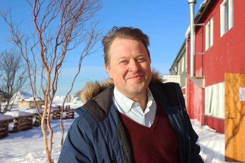 MÅ PERMITTERE: Fiskemottaket i Mehamn som Arne Hjeltnes er deleier i, har måttet holde stengt flere ganger i vinter. Nå håper han flere ser hvor viktig det er for kystsamfunnene at fisken blir bearbeidet i land i Norge, fremfor å bli eksportert til andre land.