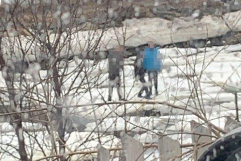 FARLIG: Tre barn lekte på elva i Alta tirsdag. Politiet advarer mot denne type lek.