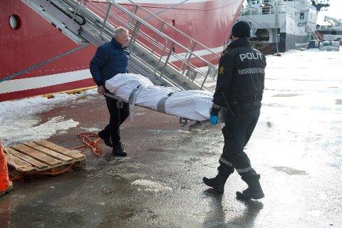 LIKFUNN: Tråleren «Remøy» fikk et lik i trålen i Barentshavet 4. april. Her fraktes liket i land i Båtsfjord.
