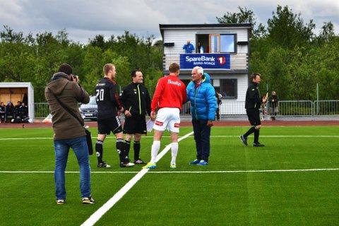 Milliardær Trond Mohn var med på åpningskampen mellom Porsanger IL og Tromsø Il i 2013.