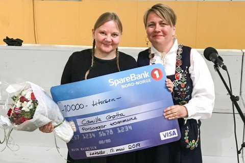 ÅRETS PORSANGERVÆRING: Camilla Grøtta fikk prisen som Årets Porsangerværing for sin innsats på revyscenen for Bløgg og som formidler på biblioteket i Porsanger. Her sammen med ordfører Aina Borch som delte ut prisen fra scenen i Storhallen.