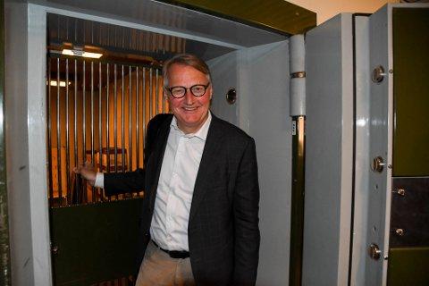 UTENFOR HVELVET: Banksjef Rune Bjerke i DNB fikk en titt i hvelvet i kjelleren hos DNB i Alta.