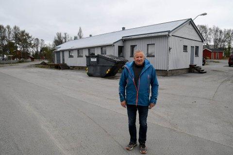 SKAL RIVES: Jan H. Pettersen foran bygget i Bossekop i Alta, som skal rives og erstattes av et stort leilighetskompleks.