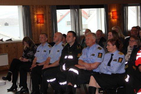 LYTTET: Politiet stilte mann- og kvinnesterke på folkemøtet om politiberedskapen i Mehamn mandag denne uka.